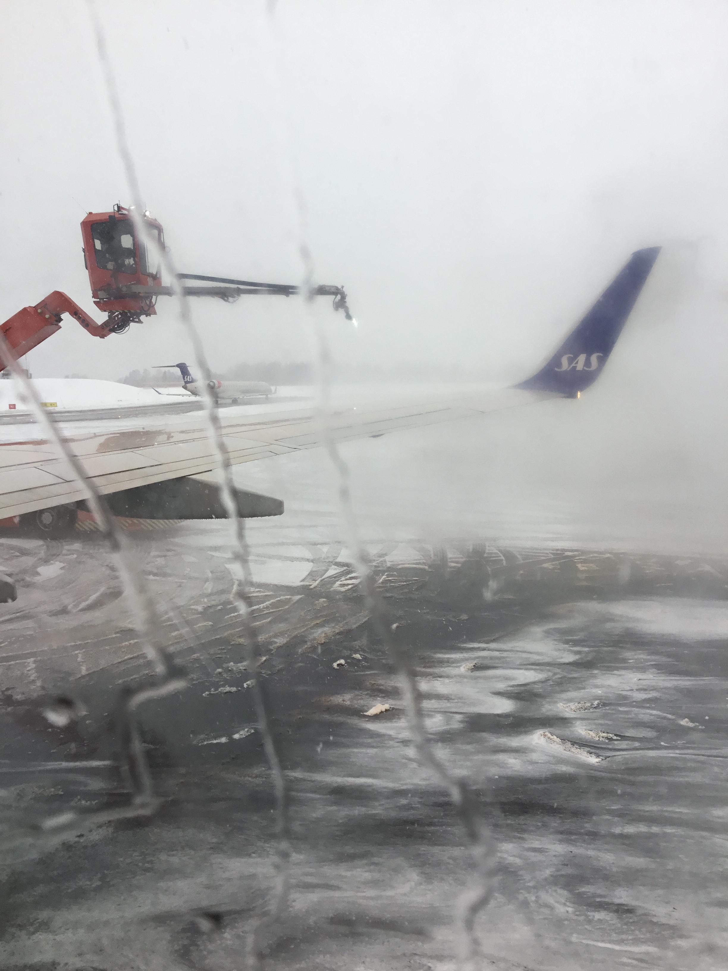 "Enteisung des Flugzeuges am ""Fließband""."